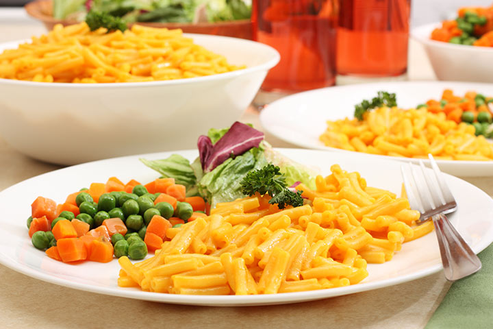 Macaroni and cheese with veggies