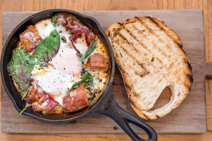 Baked eggs with toast