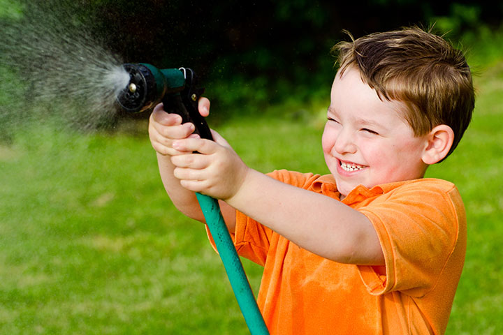 Fun Activities For Kids - Water Spray War