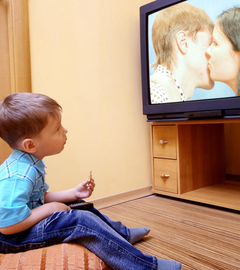 10 Side Effects Of Watching TV On Your Toddler1 910x1024