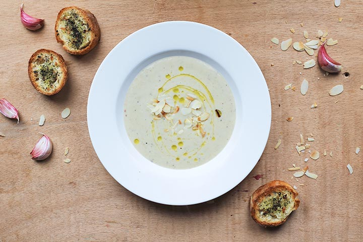 Cauliflower soup with toasted garlic: