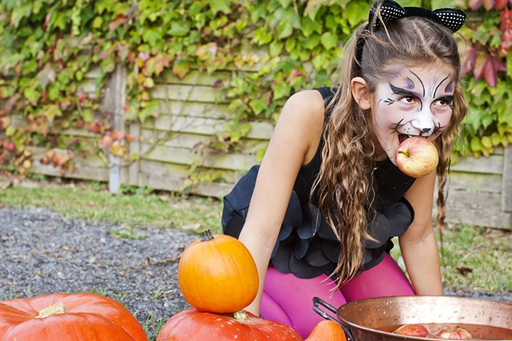 Halloween Activities For Teens - Bob For Apples