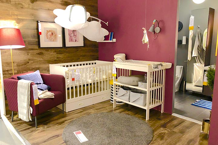 Small room décor idea for baby girls