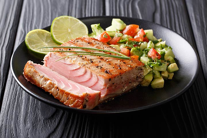 Grilled tuna with avocado and cucumber
