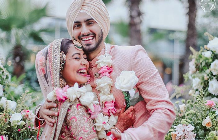 Baby Bump Spotted Neha Kakkar Shares Picture With Her Husband Rohanpreet Singh And Leaves Fans Brimming 1