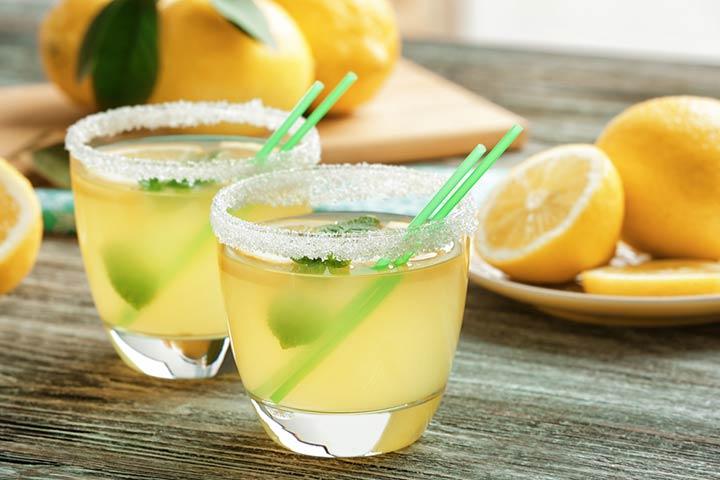 glasses-lemon-juice-on-wooden-table
