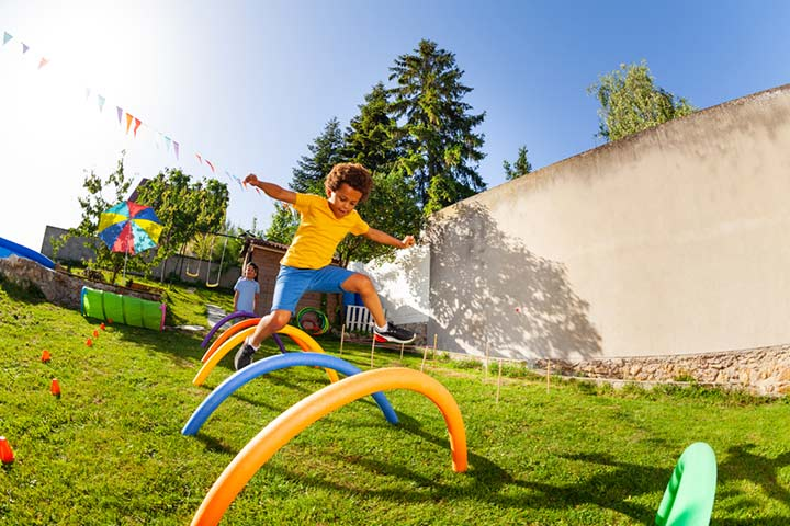 15 Indoor And Outdoor DIY Obstacle Course For Kids