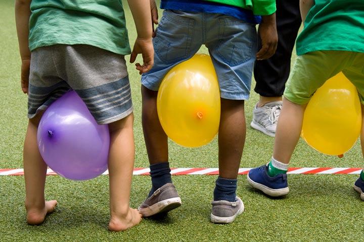 Balloon knees race