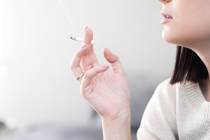 母乳喂养时吸烟对您和您的宝宝有何影响