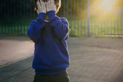 10+ बच्चे के शर्मीलेपन को कम करने के टिप्स | Tips For Dealing With Kids Shyness In Hindi